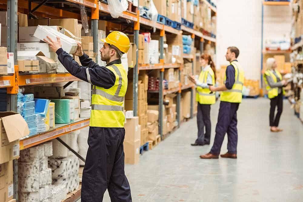 سرعت کارکنان هنگام برداشت کالاها از قفسه معلول ساختار سازماندهی شده در مدیریت انبار است.